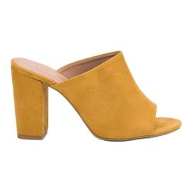 Laura Mode gelb Wildleder Hausschuhe auf einer Bar