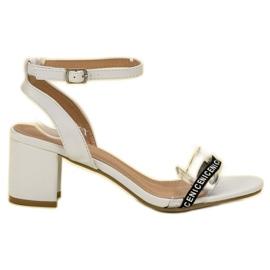 Ideal Shoes weiß Stilvolle Wildledersandalen