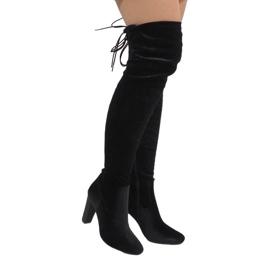 Ideal Shoes Schwarze Samtstiefel am E-4902-Pfosten