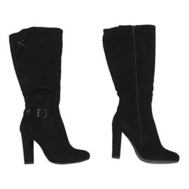 Schwarze Stiefel an einem isolierten Pfosten 617-1