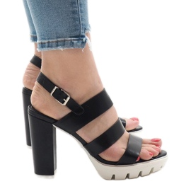 Schwarze Sandalen am HP-27-Pfosten