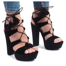 Schwarze Sandalen auf einem Pfosten aus One Love Velours