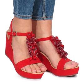 Rote Sandalen auf Liris Keil
