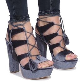 Graue Sandalen auf einem Pfosten aus One Love Velours