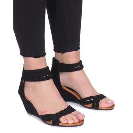 Schwarze Sandalen auf einem zarten Desun-Keil