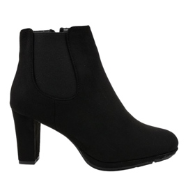 Schwarze Stiefel am Pfosten F156-2
