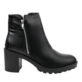 Schwarze Stiefel am LL27-Pfosten