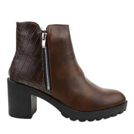 Braune Stiefel am LL27-Pfosten