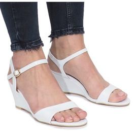 Weiß lackierte Sandalen auf zartem Queen-Keilabsatz braun