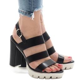 Schwarze Sandalen am HP-27-Pfosten 1