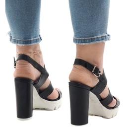 Schwarze Sandalen am HP-27-Pfosten 3